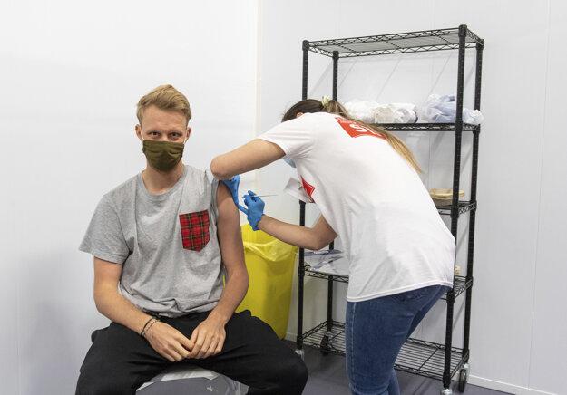 Nežiadúcich účinkov očkovania sa najviac boja mladí muži, ktorí volia opozičné strany. Ilustračné foto.