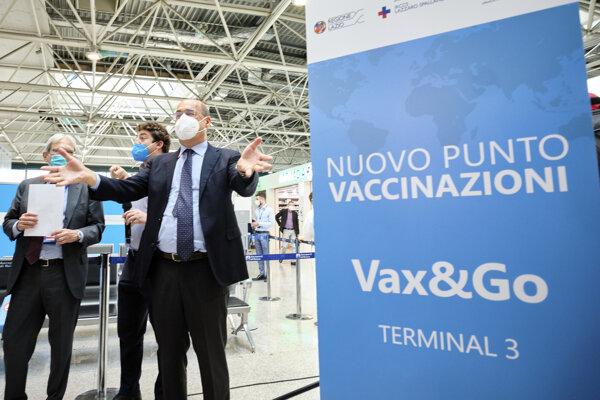 Prezident regiónu Lazio Nicola Zingaretti pri otvorení vakcinačného centra na Medzinárodnom letisku Leonarda da Vinciho v Ríme.