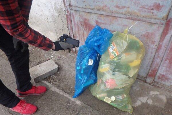 Odpadové vrecia majú na sebe QR kód.