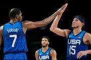 Americkí basketbalisti Kevin Durant a Devin Booker.