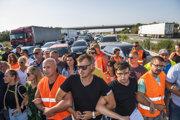 Pendleri blokujú diaľničný hraničný priechod Čunovo-Rajka smerom do Maďarska v Bratislave v stredu 21. júla 2021.