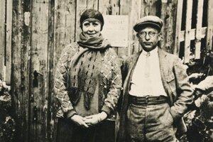 Pred vchodom do Dobšinskej ľadovej jaskyne v roku 1920.