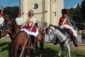 Cestu do mesta Arad absolvujú v dobových kostýmoch.