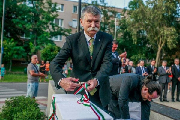 Predseda maďarského parlamentu László Kövér pri odhalení pamätníka.