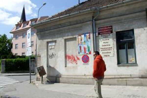 Podnikateľ mal istý čas obchod s mrazenými výrobkami v centre Nitry, na Ulici Fraňa Mojtu. Už nefunguje, reklama je tam dodnes.