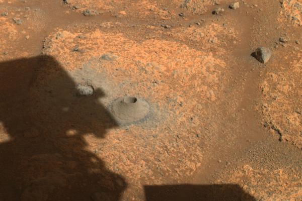 Na zábere je diera, ktorú sa podarilo vyvŕtať roveru perseverance do povrchu marsu.