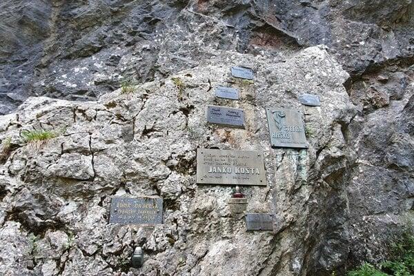Symbolický cintorín vManínskej úžine.