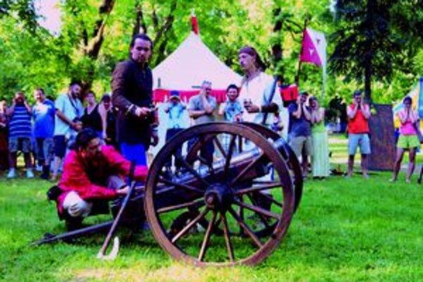 Vlani sa počas mestských osláv v osade v parku strieľalo z dela.