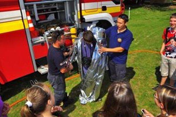 Deti si vyskúšali hasičský výstroj.