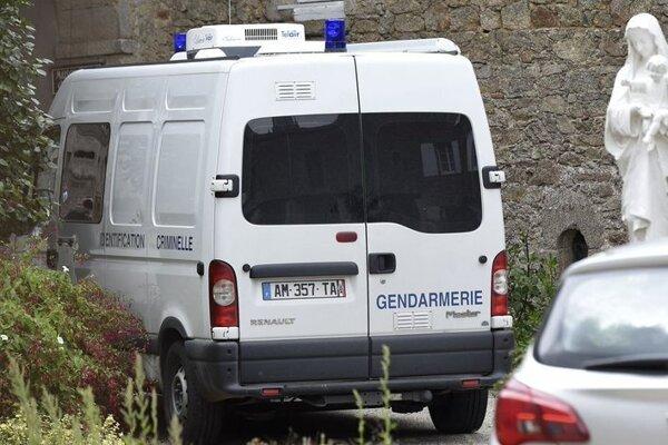 Polícia našla kňaza zavraždeného.