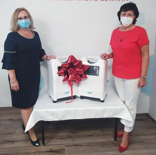 Riaditeľka nemocnice Ľudmila Veselá a primátorka Zvolena Lenka Balkovičová s novými prístrojmi.