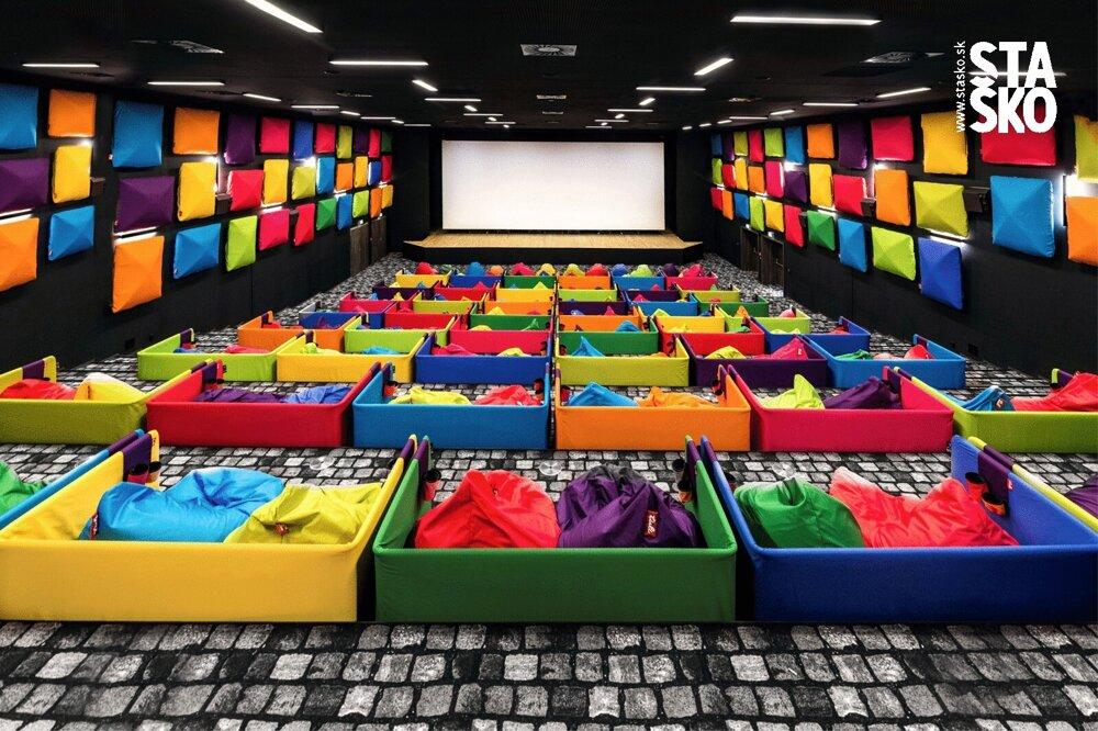 Najväčšou interiérovou realizáciou Michala Staška je pestrofarebné Tuli kino v Čilistove.