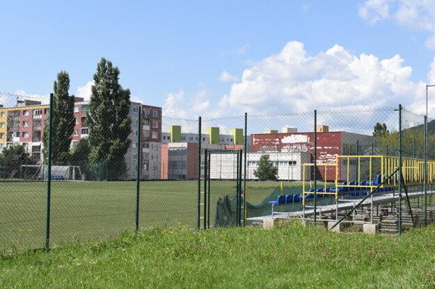 Futbalová plocha sa nachádza v areáli ZŠ Bruselská.
