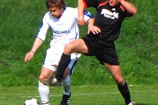 Skúsený  Štefan Grendel (vľavo) strelil v nedeľu prvý gól Močenka.