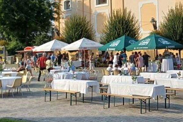 Topoľčianske námestie pripravené na večerné podujatie – Stôl štedrého Žochára.