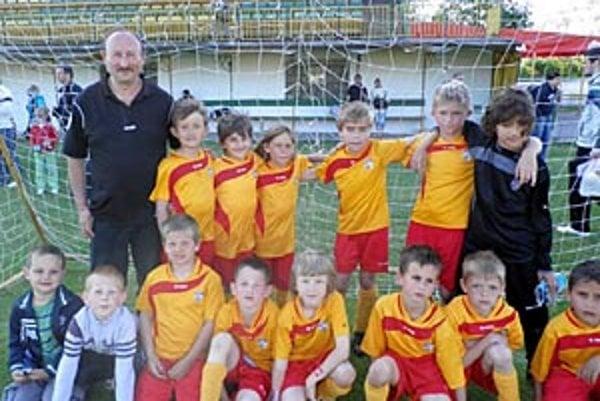 Futbaloví tretiaci Močenka vyhrali turnaj v Novákoch v konkurencii klubov z miest.