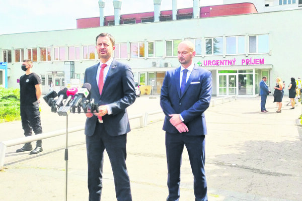 Premiér Eduard Heger (vľavo) ariaditeľ novozámockej nemocnice Karol Hajnovič (vpravo) oznámili pripravenosť nemocnice na tretiu vlnu pandémie.