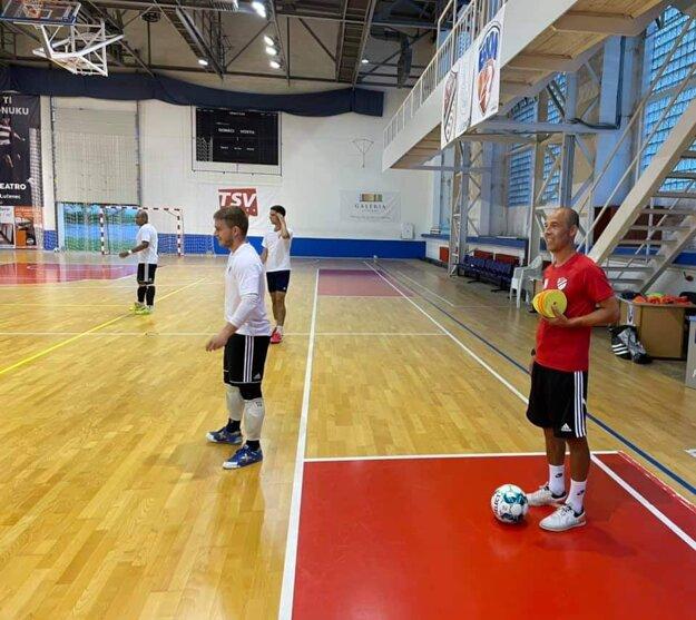 Marian Berky dohliada na úvodný tréning svojich zverencov z Mimelu Lučenec