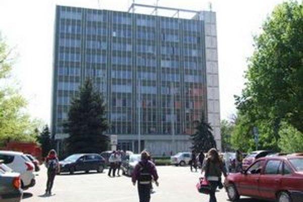 Celý úrad práce, sociálnych vecí a rodiny je teraz vo výškovej budove na Štefánikovej 88.