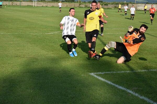 Čachtice (v bielom) strelili Hrachovišťu sedem gólov.