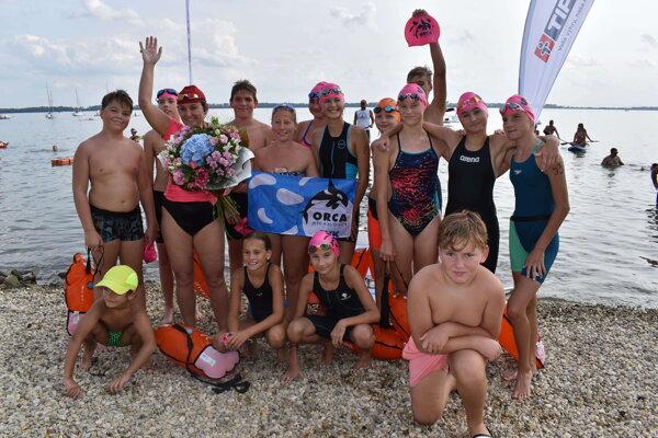 Soňa Rebrová (s kyticou) s členmi plaveckého klubu Orca z Michaloviec. Sprevádzali ju posledných sedemsto metrov.