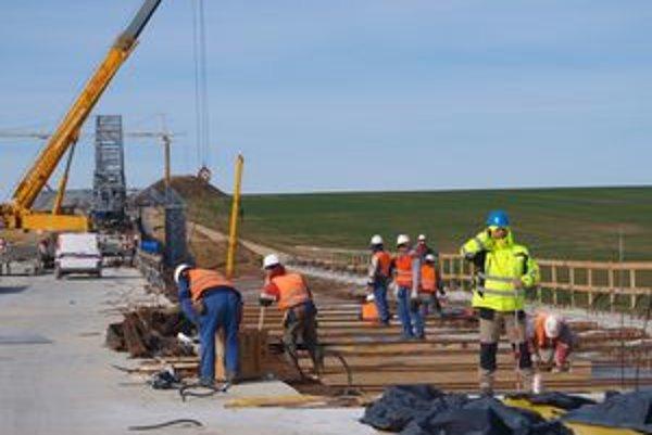 Práce na mostových objektoch 1. aj 2. úseku napredujú.