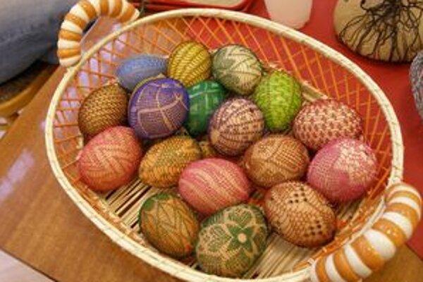 Drôtované vajíčka, ktoré vyrábali počas tvorivých dielní návštevníci v KOS Nitra.