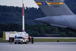 Sanitka po pristátí evakuačného letu z Afganistanu na základni Ramstein.