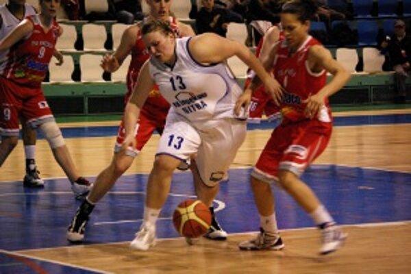 Lucia Krč-Turbová (v bielom) si v zápase pripísala 7 bodov a svojím výkonom prispela k výhre Inpeku.