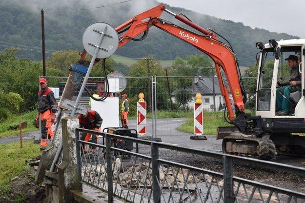 V obci Ďurďoš sa začali búracie práce na moste. Cestu úplne uzavreli.