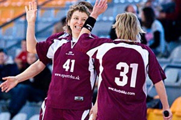 Katarína Dugovičová (vľavo) je v play-off streleckou ťahúňkou DFA.