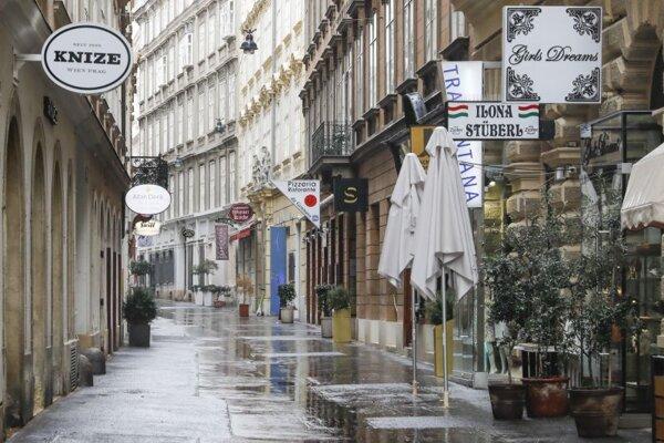 Prázdna ulica v centre Viedne v utorok 13. apríla 2021 počas druhej vlny pandémie.