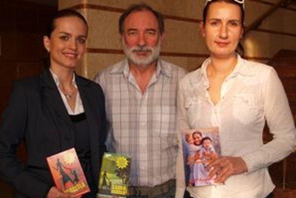 Beseda v kaviarni DAB - zľava Katka Plandorová a Timea Keresztényiovej s knihami, ktoré vydali. Uprostred Pavol Sika z LKJJ.