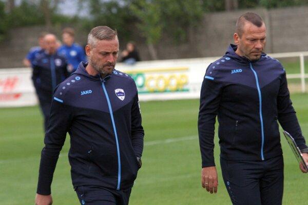 Tréner Michal Ščasný a asistent Patrik Durkáč musia rozmýšľať, ako Nitru vykopať z predposledného miesta tretej ligy.