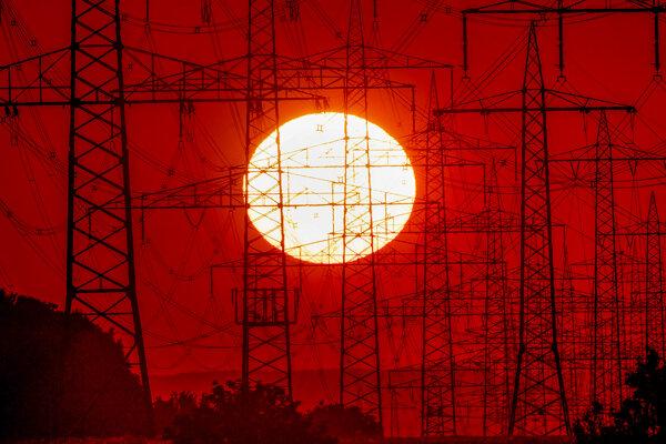 V auguste sa v Nemecku výrazne zvýšili najmä ceny energií. Na snímke stĺpy elektrického vedenia vo Frankfurte.