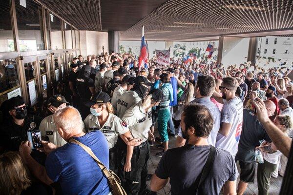 Protestujúci počas júlovej akcie pred vstupnými dverami do budovy Národnej rady SR.