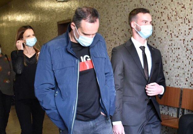 Vpravo Ján Lesniak ml., vedľa jeho otec, na okresnom súde.