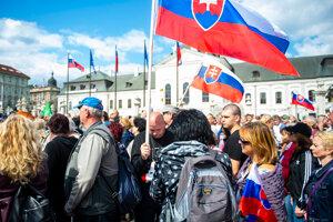 Účastníci protestu proti očkovaniu a vláde SR pred Prezidentským palácom.