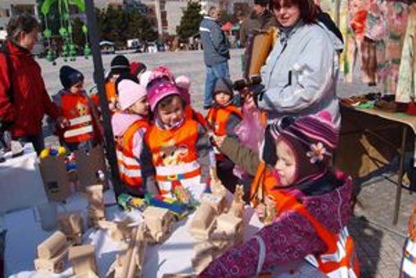 Hračky vo fašiangových stánkoch zaujali aj deti z MŠ Vansovej v Nitre.