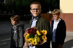 Žiak prichádza na otvorenie nového školského roka na Gymnáziu Milana Rastislava Štefánika v Novom Meste nad Váhom.