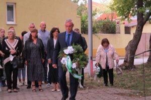 Viceprimátor Norbert Kádek počas kladenia venca na pamiatku hrdinov Slovenského národného povstania.