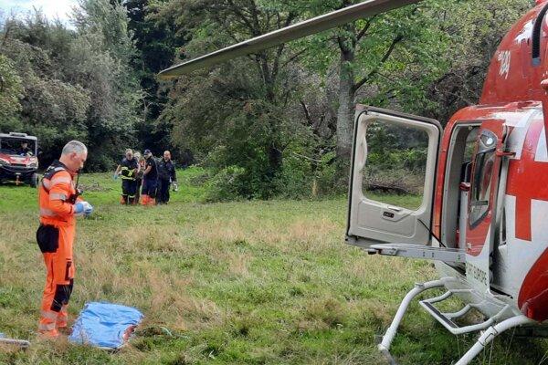 Napadnutú ženu previezli do nemocnice leteckí záchranári.