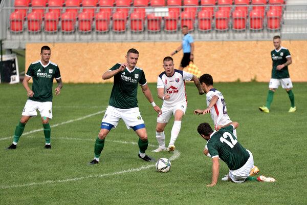 Pliešovce (v tmavom) zažili zvláštny záver zápasu v Tornali - ilustračné foto