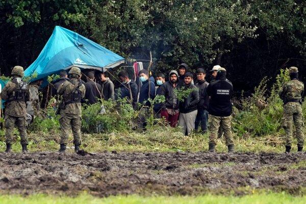 Uviaznutí migranti na bielorusko-poľskej hranici.