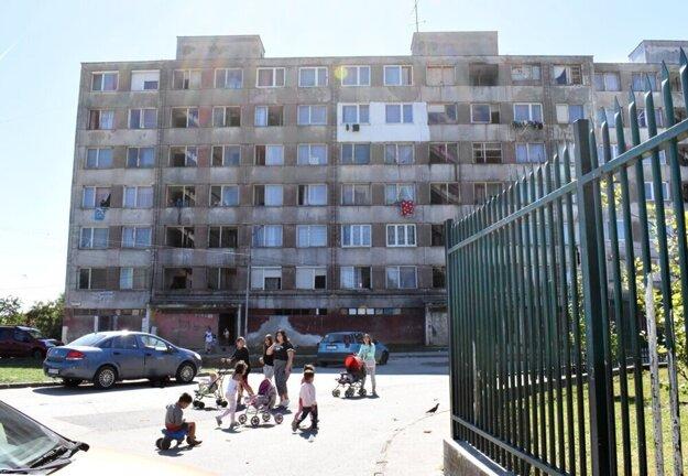 Obyvatelia tohto bloku budú mať možnosť vidieť pápeža Františka z vlastnej obývačky.