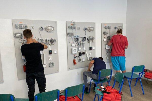 V Strednej odbornej škole stavebnej v Žiline umožnili žiakom prostredníctvom Letnej školy doplniť si praktické zručnosti, o ktoré boli pre pandémiu ukrátení.