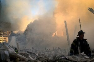 Trosky po páde veží WTC horeli ešte niekoľko dní.