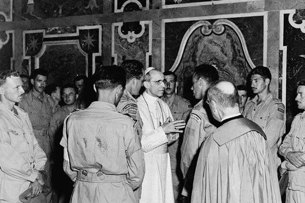 Kanadskí vojaci na audiencii u pápeža Pia XII. Návšteva nasledovala po oslobodení Ríma Spojencami v roku 1944.