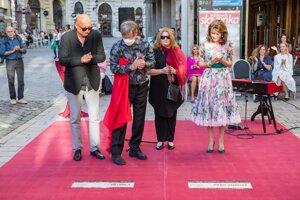 Atmosféra počas slávnostného odhalenia nových pamätných dlaždíc slovenským umelcom Júliusovi Satinskému a Milanovi Lasicovi na Filmovom chodníku slávy pred Mestským divadlom P. O. Hviezdoslava v Bratislave.