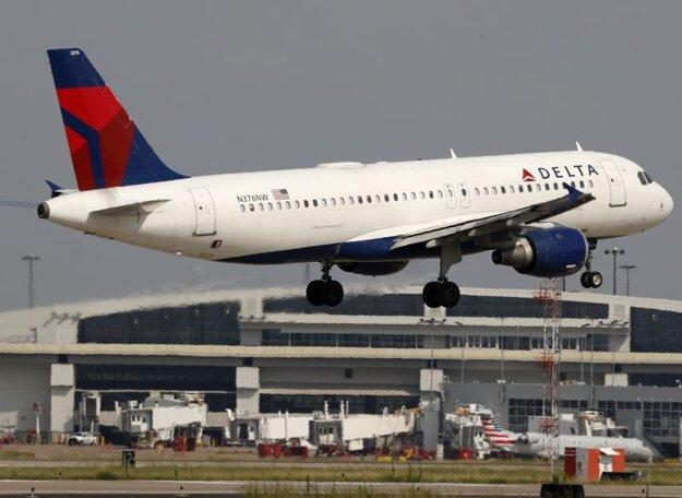 Lietadlo spoločnosti Delta Airlines odlieta z letiska v americkom Grapevine.